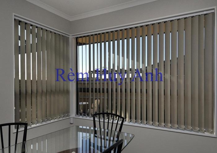 Làm rèm cửa chống nắng nóng cho văn phòng bằng Rèm lật lá dọc