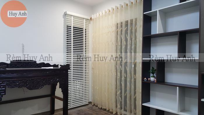 Phòng nhỏ thêm xinh khi lắp rèm gỗ màu trắng và rèm voan thêu